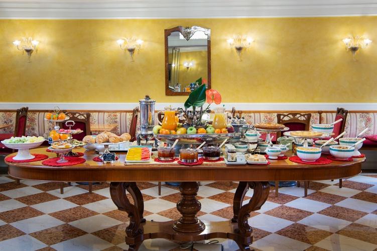 Desayuno buffet  art hotel orologio bolonia