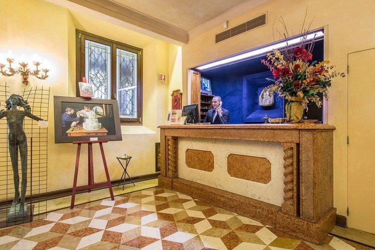 Recepción  art hotel commercianti bolonia