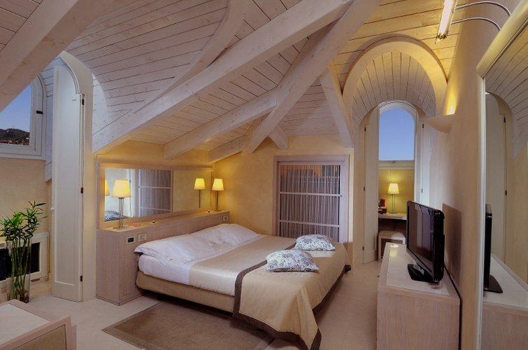 Habitación deluxe  art hotel novecento bolonia, italia